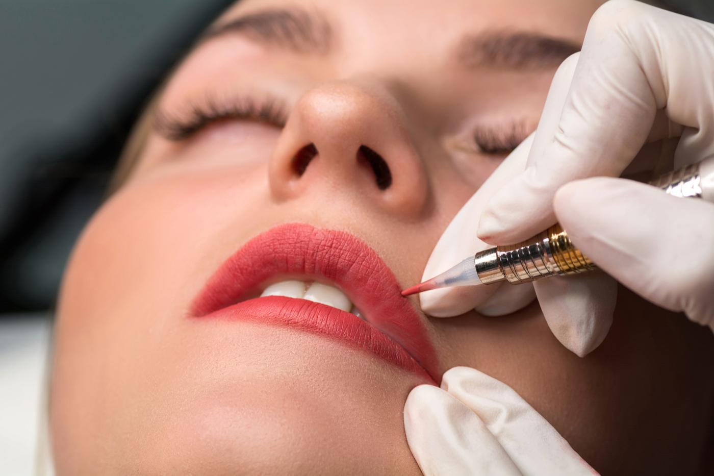 Bikin Bibir Cerah dengan Lip Tattoo, Amankah?